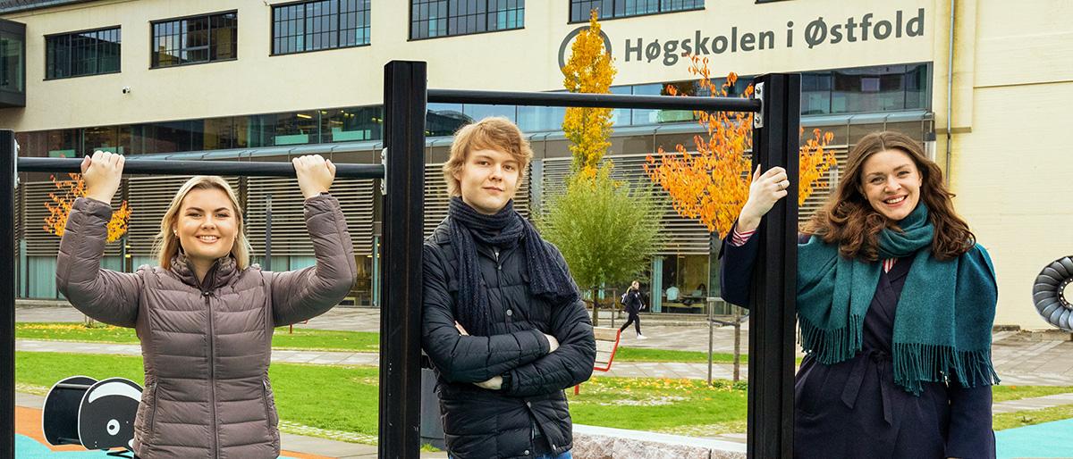 Studenter foran Campus Fredrikstad